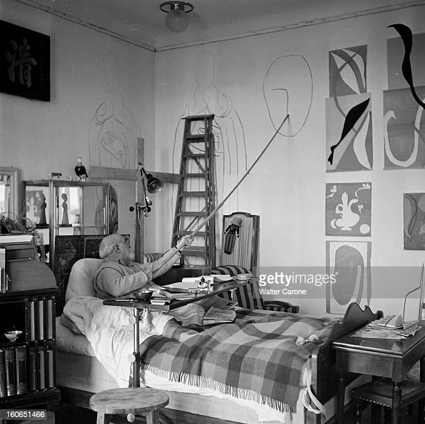Henri Matisse In Nice Nice avril 1950 Portrait du peintre Henri MATISSE dans son appartement du Palais Regina assis dans son lit suite à une...