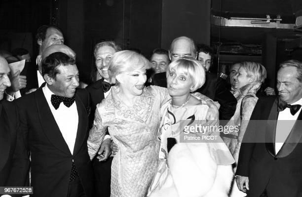 Henri Salvador Annie Cordy et Guy Lux félicitent Line Renaud lors de la 1ère de son spectacle 'Paris Line' au Casino de Paris le 15 avril 1976 France