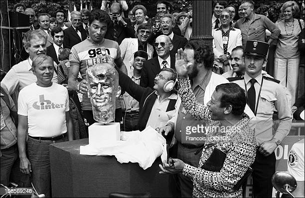 Henri Salvador gives a bust to Raymond Poulidor in Paris France on July 18th 1976