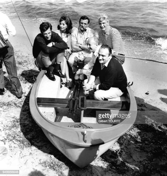 Henri Verneuil le realisateur du film 'Cent mille dollars au soleil' est entoure des acteurs JeanPaul Belmondo Andrea Parisy Lino Ventura et du...