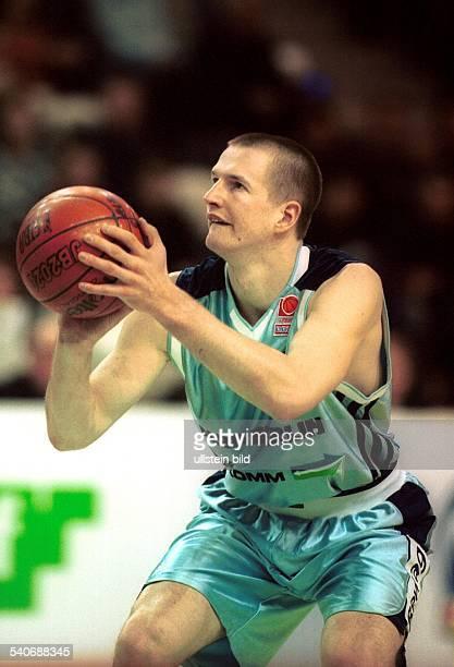 Henrik Rödl vom Basketballverein Alba Berlin mit Ball