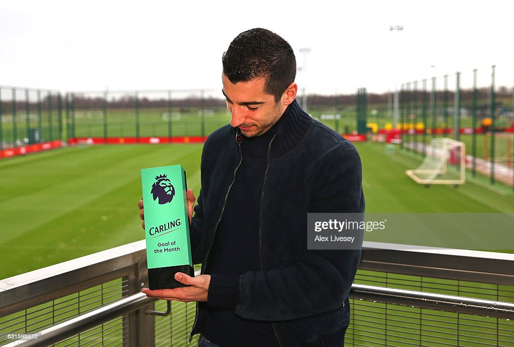 Premier League Player and Goal of the Month Awards are Presented to Zlatan Ibrahimovic and Henrikh Mkhitaryan : Fotografía de noticias