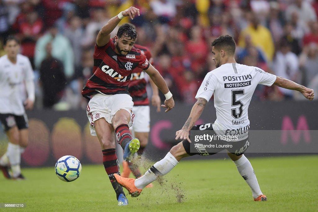 Henrique Dourado (L) of Flamengo struggles for the ball with Gabriel of Corinthians during the match between Flamengo and Corinthians as part of Brasileirao Series A 2018 at Maracana Stadium on June 03, 2018 in Rio de Janeiro, Brazil.