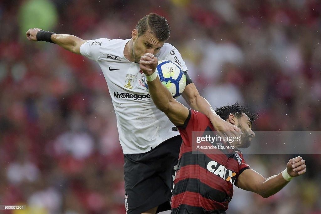 Henrique Dourado (R) of Flamengo struggles for the ball with Henrique of Corinthians during the match between Flamengo and Corinthians as part of Brasileirao Series A 2018 at Maracana Stadium on June 03, 2018 in Rio de Janeiro, Brazil.