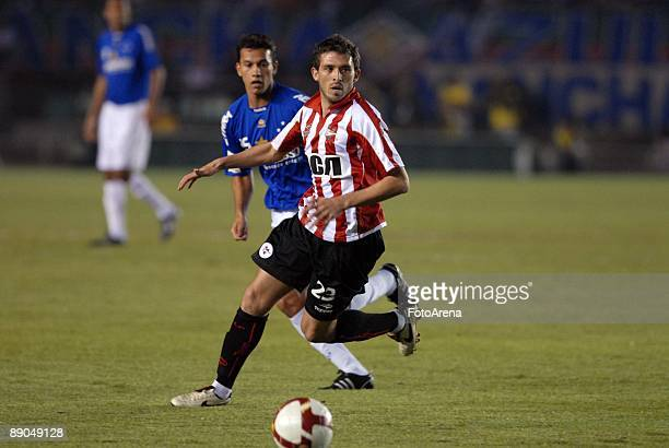 Henrique of Brazil's Cruzeiro vies for the ball with Benitez of Argentina's Estudiantes during the Libertadores Cup 2009 final match at the Mineirao...