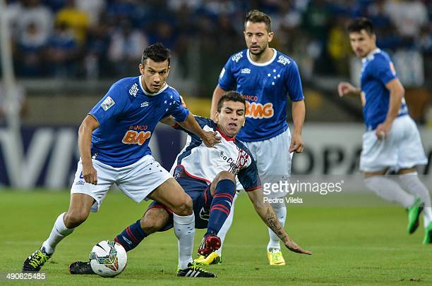 Henrique of Cruzeiro and Angel Correa of San Lorenzo battle for the ball during a match between Cruzeiro and San Lorenzo as part of Copa Bridgestone...