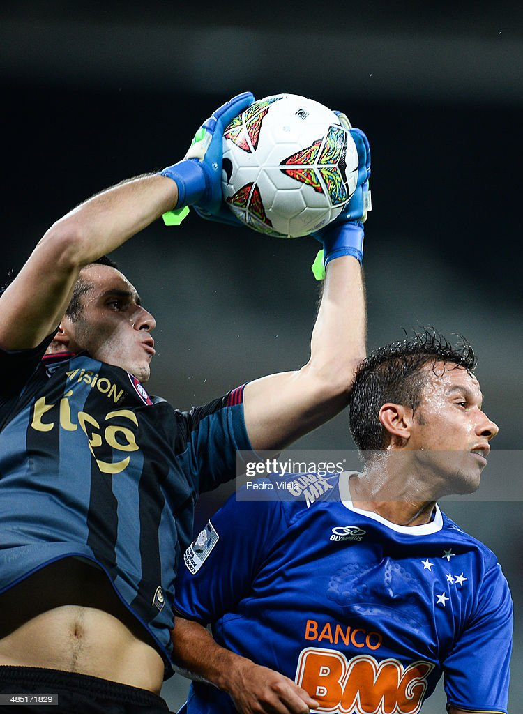 Henrique of Cruzeiro and Fernandez of Cerro Porteno during the match between Cruzeiro v Cerro Porteno for the Copa Briedgestone Liberators 2014 at Mineirao stadium on april 16, 2014 in Belo Horizonte, Brazil.