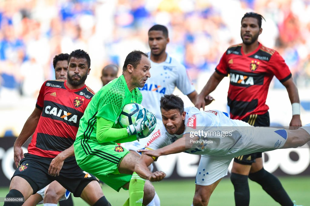 Henrique #8 of Cruzeiro and Magrao #1 of Sport Recife battle for the ball during a match between Cruzeiro and Sport Recife as part of Brasileirao Series A 2017 at Mineirao stadium on August 20, 2017 in Belo Horizonte, Brazil.