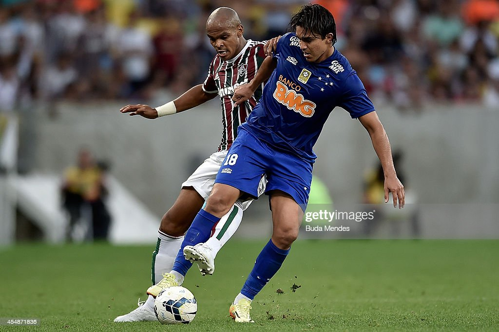Henrique (L) of Fluminense struggles for the ball with Marcelo Moreno of Cruzeiro during a match between Fluminense and Cruzeiro as part of Brasileirao Series A 2014 at Maracana Stadium on September 07, 2014 in Rio de Janeiro, Brazil.