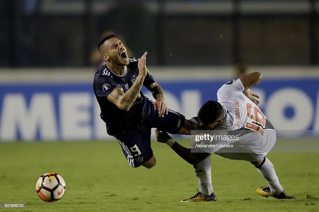 Henrique (L) of Vasco da Gama struggles for the ball with Mauricio Pinillaof Universidad de Chile during a Group Stage match between Vasco and Universidad de Chile as part of Copa CONMEBOL Libertadores 2018 at Sao Januario Stadium on March 13, 2018 in Rio de Janeiro, Brazil.