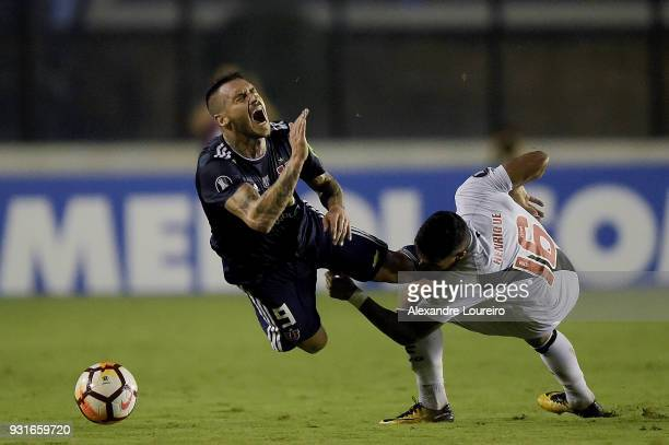 Henrique of Vasco da Gama struggles for the ball with Mauricio Pinillaof Universidad de Chile during a Group Stage match between Vasco and...