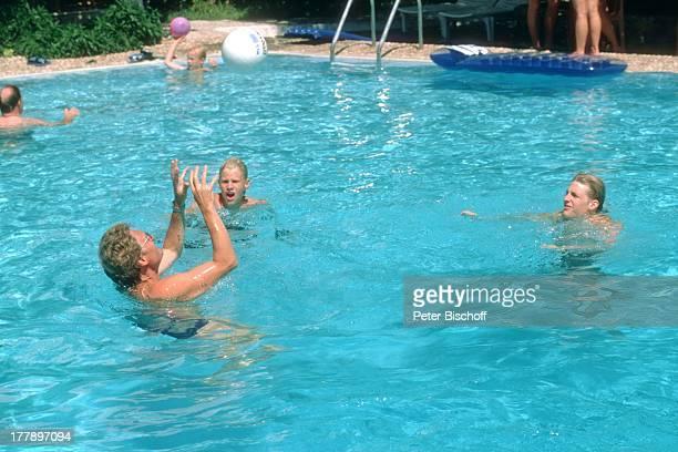 Henry Arland Sohn Hansi Sohn Maxi Urlaub auf Insel Rhodos OstÄgäis Griechenland Europa Swimmingpool baden Ball spielen fangen werfen Spaß...