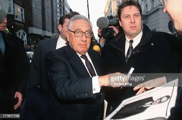 Henry Kissinger Gibt Autogramme Bei Seiner Ankunft Zur Gala Zum 80 Geburtstag Des Altkanzlers H Schmidt In Hamburg