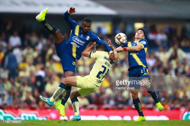 Henry Martín of America struggles for the ball against Gabriel Achilier and Efraín Velarde of Morelia during the Semifinals second leg match between...
