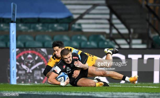 Henry Slade of Exeter Chiefs scores his sides first try under pressure from Jacob Umaga of Wasps during the Gallagher Premiership Rugby final match...