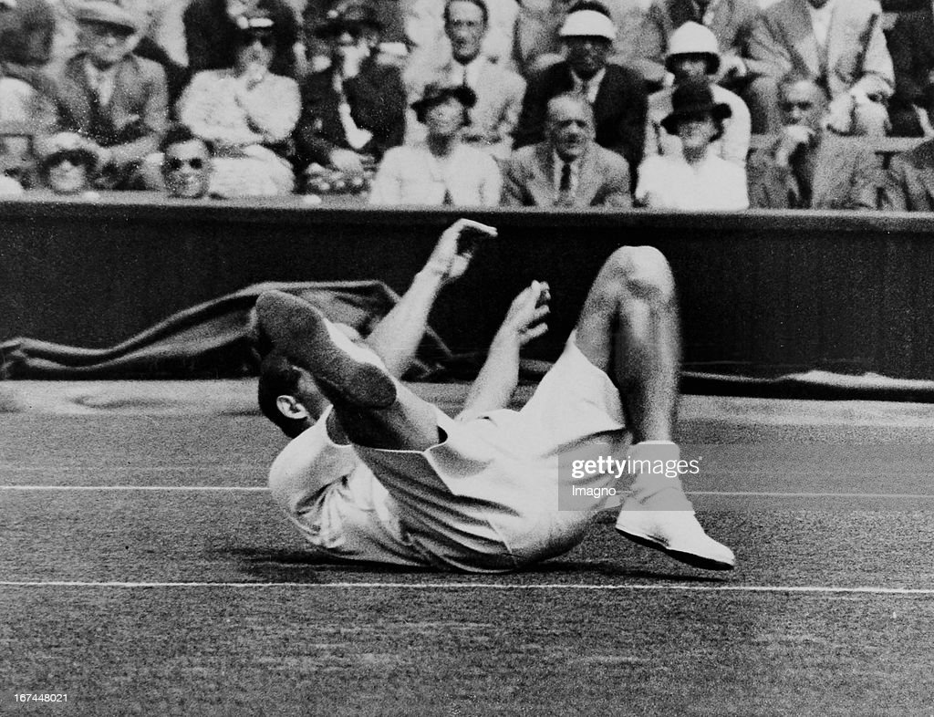 Henry Wilfred 'Bunny' Austin (1906-2000), member of the British Davis Cup-winning team in the battle for Davis Cup against the USA at Wimbledon. 27th July 1935. Great Britain. Photograph. (Photo by Imagno/Getty Images) Henry Wilfred 'Bunny' Austin (19062000); britischer Tennisspieler des englischen Daviscup-Siegerteams im Kampf um den Davis Cup gegen die USA in Wimbledon. 27. Juli 1935. Photographie.