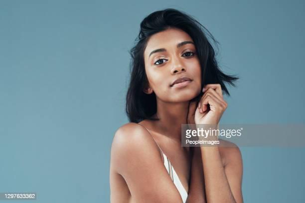 her beauty makes it hard not to stare - fashion model imagens e fotografias de stock