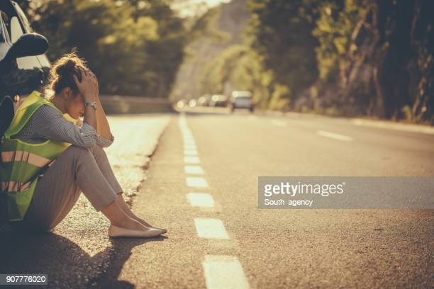 su coche se rompe en carretera - auto accident fotografías e imágenes de stock