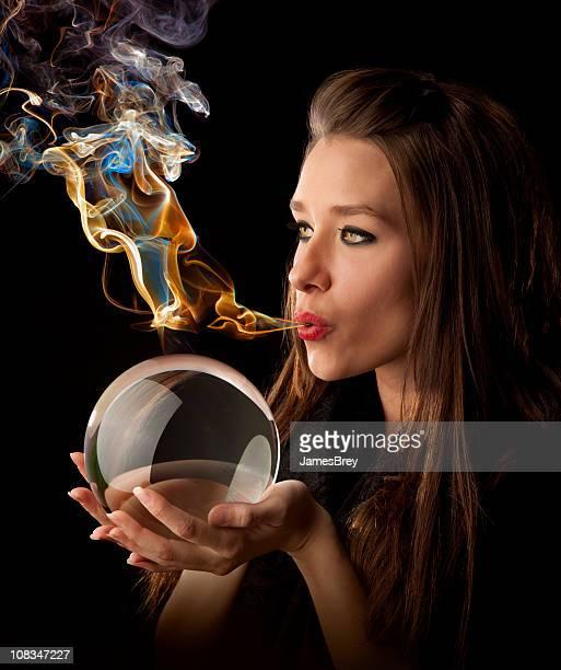 Elemental la sua magia-Astrologo soffia magica-fumo sulla Sfera di cristallo