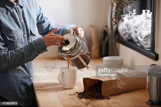 Su primera taza de café por la mañana