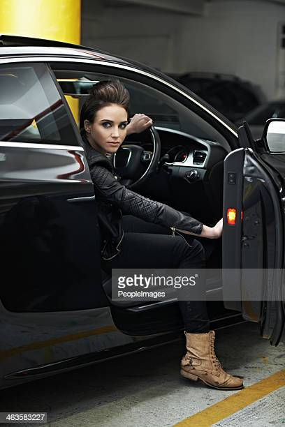 彼女の高級車は必要なもののすべてを知る