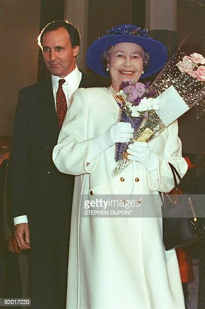 Her Majesty Queen Elizabeth II and Australian Prime Minister Paul Keating leave 24 February 1992 in Canberra the Parliament House during Queen's...