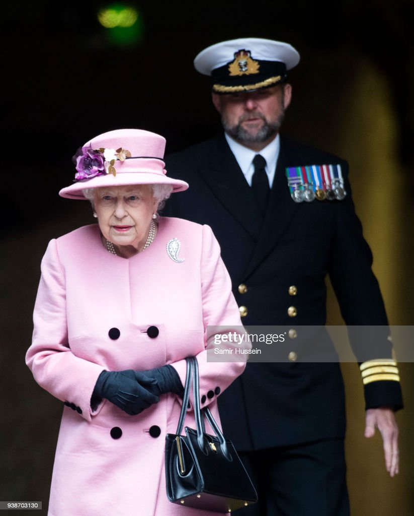 Queen Elizabeth II Attends Decommissioning Ceremony For HMS Ocean In Plymouth : Nieuwsfoto's