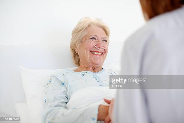 Ihre positive Einstellung hilft bei der Heilung-Senior Pflege