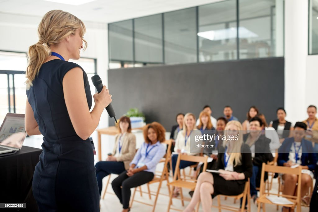 Her presentation leaves an impact on her colleagues : Foto de stock