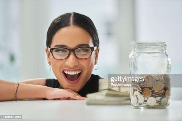 彼女の貯金はきっと驚くだろう - 5セントコイン ストックフォトと画像