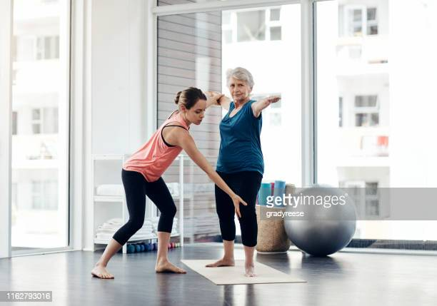 her senior years will stay healthy years too - yoga teacher stock pictures, royalty-free photos & images
