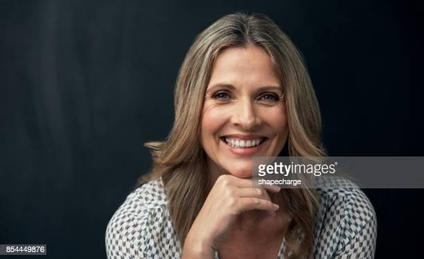haar glimlach zegt meer dan woorden kunnen zeggen - kin in de hand stockfoto's en -beelden