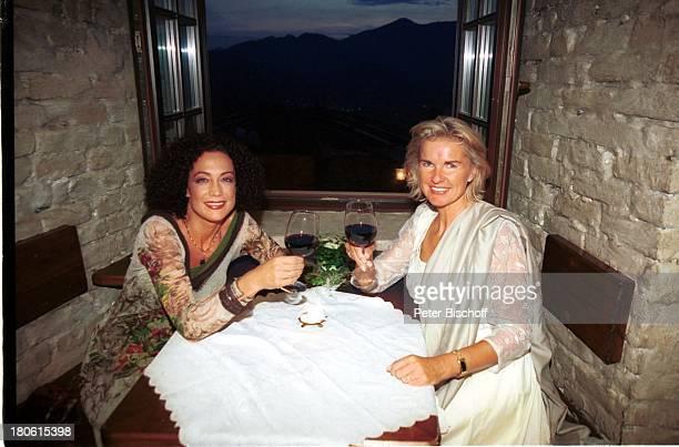 Hera Lind Barbara Wussow VorabFeier zum 50 Geburtstag von A l b e r t F o r t e l l auf Burg Oberkapfenberg Kapfenberg Österreich Glas Getränk Wein