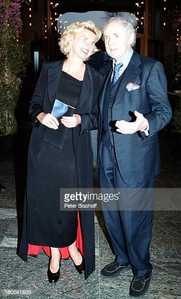 Hera Lind Laudatorin Harald Juhnke Preisträger Gala Stars untermRegenbogen Rosengarten MannheimAbendkleid Anzug