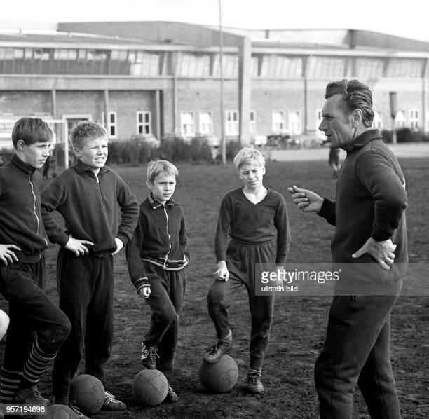 Heranbildung junger Fußballer Der Rostocker HansaNachwuchstrainer Horst Brettschneider spricht im April 1969 im Training am heimischen Ostseestadion...