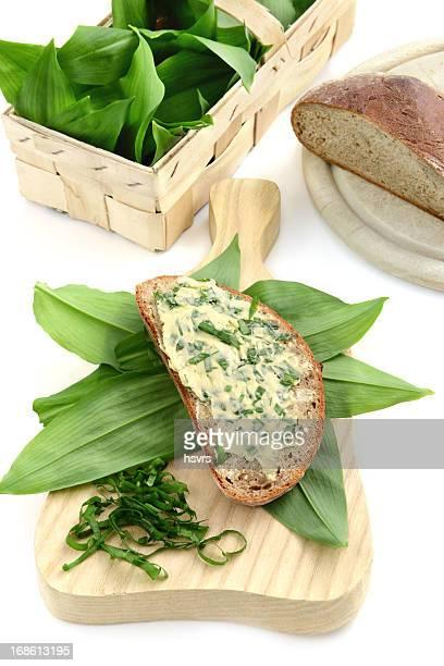 Kräuterbutter wilden Knoblauch (Allium ursinum) auf die Scheibe Brot