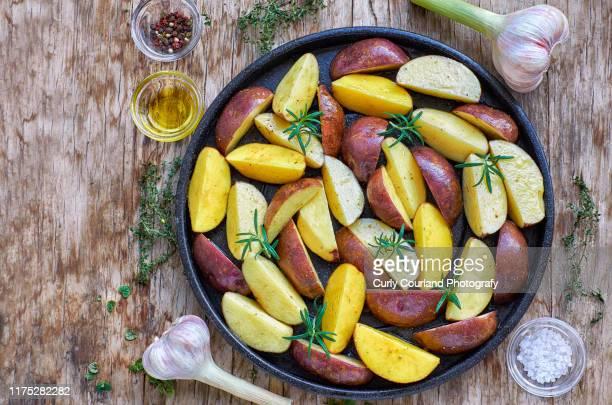 herb potatoes ready to roast - ローストポテト ストックフォトと画像