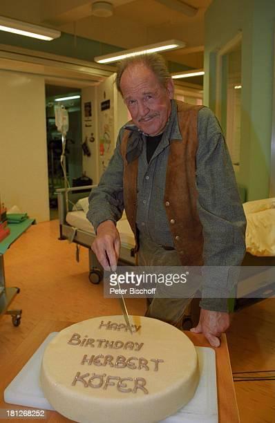 """Herber Köfer, am Rande der Dreharbeiten zur ARD-Arzt-Serie """"In aller Freundschaft"""", TV-Klinik, Leipzig, Deutschland, 1.11.2000, Torte zum 80...."""