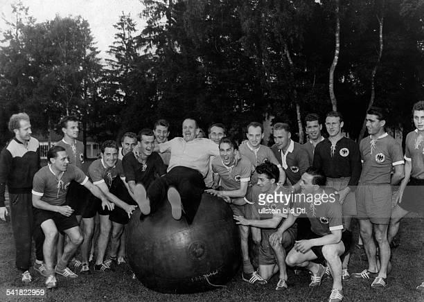 Herberger Josef *28031897Sportler Trainer Fussball DTraining mit der Nationalmannschaft inder Sportschule Grünwald Während Herberger auf einem...