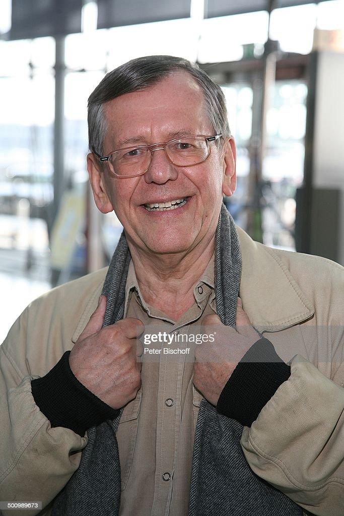 Herbert Feuerstein, Dreharbeiten zum RTL-Film 'Crazy Race 4', Flughafen Köln, Deutschland, Halle, Terminal, Gebäude, Schauspieler, Komödiant, 100225, : News Photo