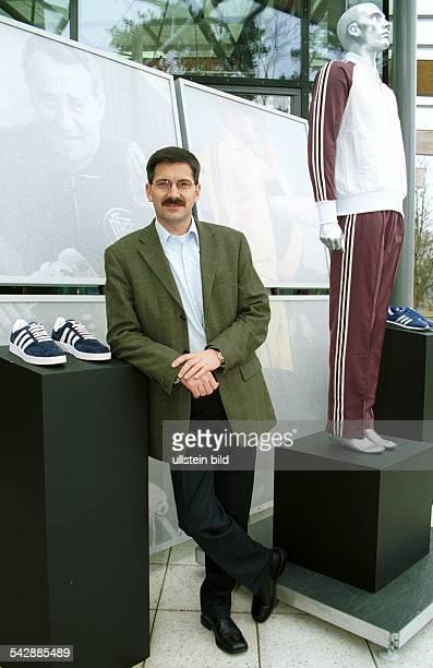 Herbert Hainer Vorstandsvorsitzender der AdidasSalomon AG mit AdidasProdukten Sportschuh Trainingsanzug