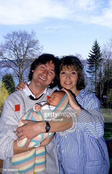 Herbert Herrmann Freundin Susanne Uhlen Sohn Christopher Homestory fröhlich lachen Kind Garten auf dem Arm im Arm Schauspieler Schauspielerin