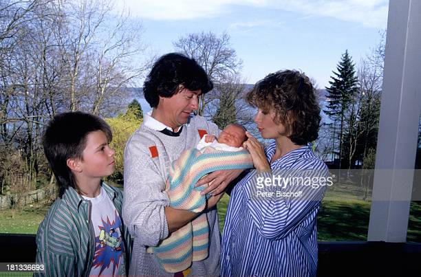 Herbert Herrmann Freundin Susanne Uhlen Sohn Christopher Sohn Florian Homestory Kuss küssen Kind Garten auf dem Arm im Arm Schauspieler Schauspielerin