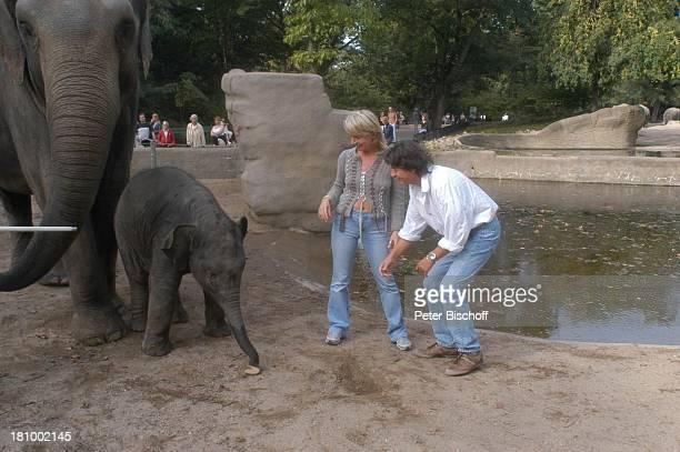 Herbert Herrmann Lebengefährtin Nora von Collande Babyelefant Kandy Zoobesuch Hamburg Hagenbecks Tierpark Schauspieler Schauspielerin Elefant Gehege...
