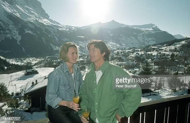 Herbert Herrmann Lebensgefährtin Karin Gustke SkiUrlaub Grindelwald Schweiz Balkon Glas Getränk Winter Berg Sonne romantisch Schauspieler