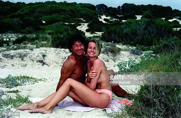 Herbert Herrmann Lebensgefährtin Karin Gustke Urlaub auf Mallorca Mallorca Spanien Strand Es Trenc Schauspieler Düne Dünen Strand Bikini nackter...