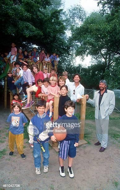 Herbert Herrmann Lebensgefährtin Susanne Uhlen mit Sohn Christopher Uhlen und Kinder bei SpielplatzEinweihung am in Potsdam Deutschland