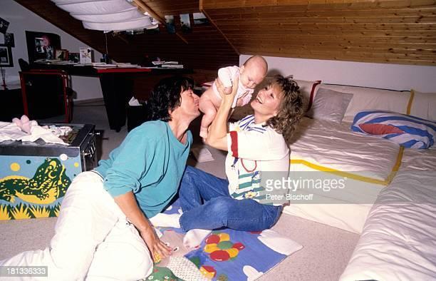 Herbert Herrmann Lebensgefährtin Susanne Uhlen Sohn Christopher Homestory Deutschland Wohnzimmer Kind hochheben im Arm halten Schauspieler...