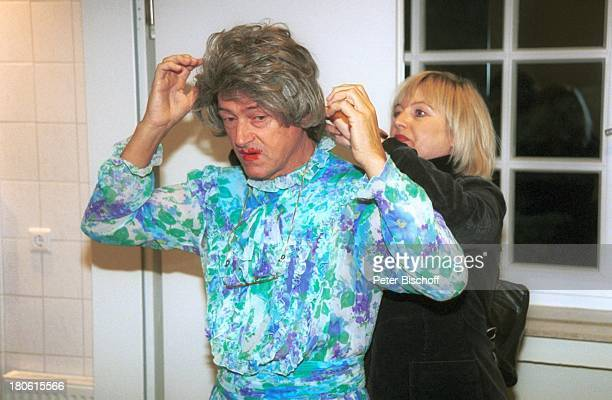 Herbert Herrmann Maskenbildnerin Theater Komödie Wer hat Tante Myrtle gesehen Glocke Bremen Garderobe Perücke Kostüm Kostümiert Verkleidung...