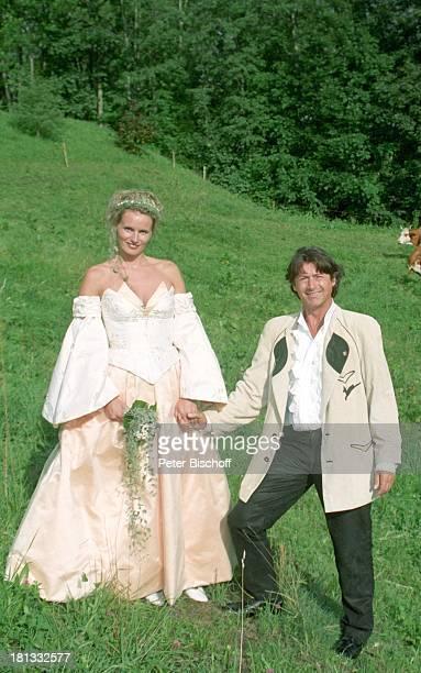 Herbert Herrmann mit Ehefrau Karin geb Gustke Hochzeit Grindelwald/Schweiz Europa Rast Wiese Kuh Brautkleid in weiß Braut Bräutigam verliebt...